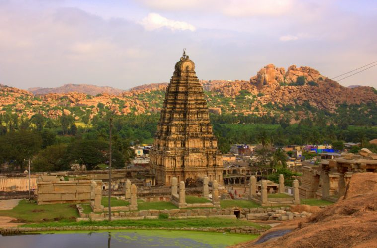 climbing up the hemkuta hill is one of the things to do in hampi