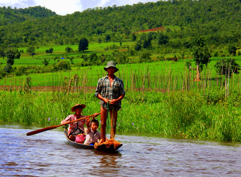 Families living on lake inle travel on boats